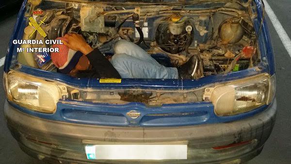 Sorprendidos en el puerto de Almería con un inmigrante oculto en el motor de una furgoneta