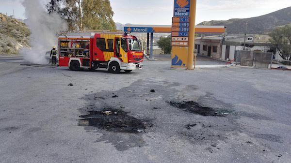 Una gasolinera a escasos metros del coche incendiado