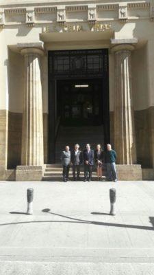 Responsables de la Junta ante la fachada del IES Celia Viñas