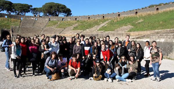 Foto de grupo de estudiantes Erasmus en Pompeya