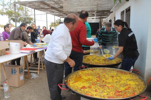 Paella popular degustada por los vecinos en San Juan de los Terreros