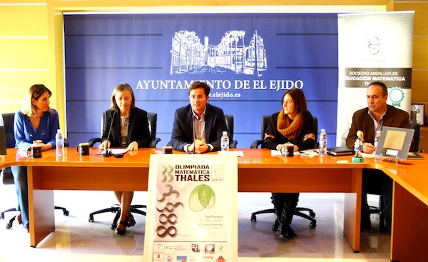 El alcalde de El Ejido, Francisco Góngora, presentaba elevento junto a la delegada territorial de Educación de la Junta de Andalucía, FranciscaFernández; la responsable de la Asociación Thales, Eva Acosta; y el director del IES Santo Domingo, Alejandro González.