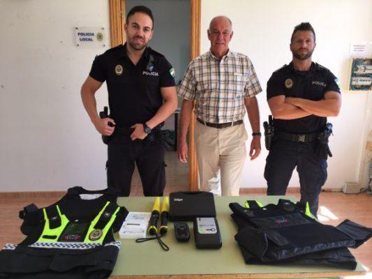 El concejal de Seguridad y agentes de la Policía con parte del nuevo equipamiento