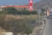 Unos cables de alta tensión, posible causa de un incendio junto a una gasolinera en Mojácar