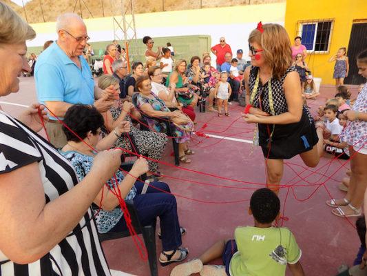 El hilo simboliza el vínculo entre abuelos y nietos
