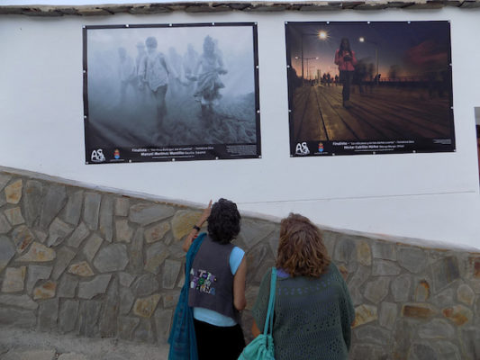 Imágenes solidarias ocupan parte de los muros del barrio de San Antón