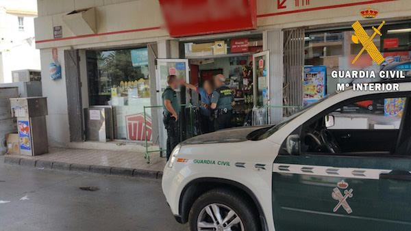 Guardia Civil en comercio de Roquetas