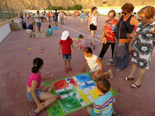 Juegos tradicionales como el parchís desplegados sobre la pista