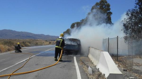 Un bombero apaga el fuego con espuma