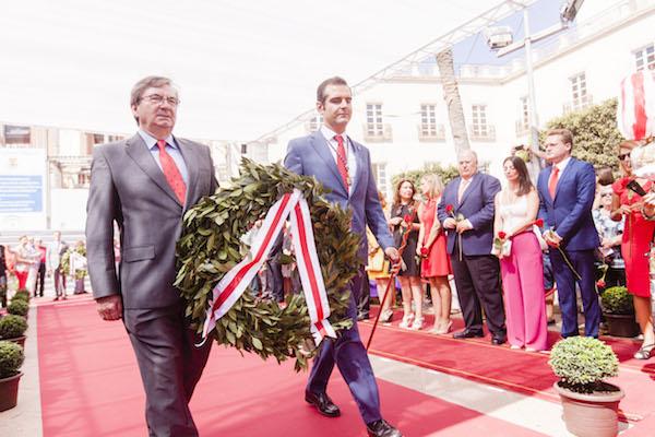 El alcalde y el investigador almerienses portan una corona de flores