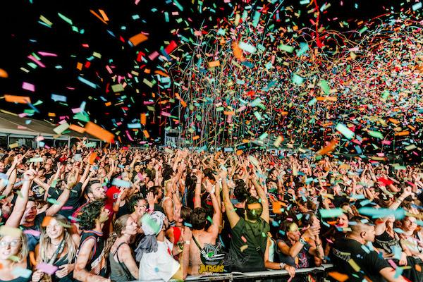 Fiesta de juerguistas en el festival rockero del año en Adra