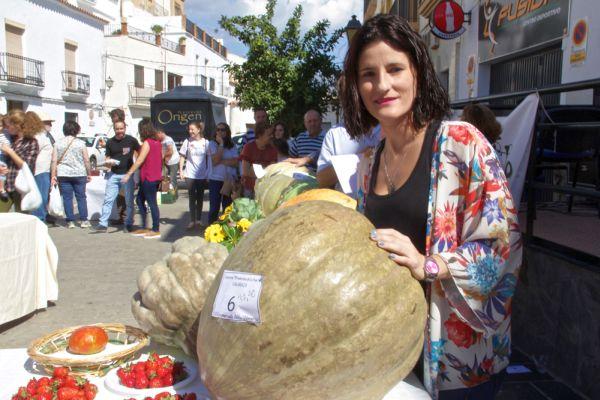 Agricultora junto a la calabaza ganadora