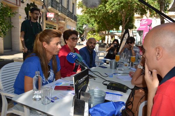 Una de las mesas informativas en la capital ha servido de encuentro con los medios