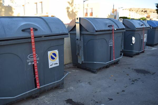 Los precintos indican expresamente la prohibición de depositar la basura antes de las siete de la tarde