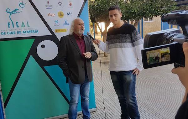 Montxo Armendáriz comparte su visión del cine con los alumnos de producción del IES Albaida