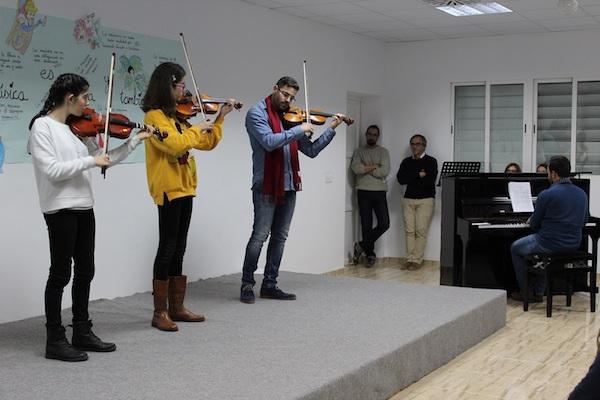Alumnos y profesor del aula de violín durante una audición de la Escuela Municipal de Música de Pulpí