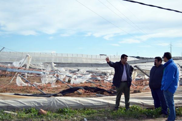 Andrés Góngora con agricultor afectado en Paraje Cabriles