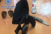 Sorprendido en la puerta de un supermercado de Almería con un pasamontañas y un revólver