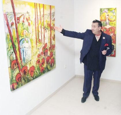 El artista junto a una de sus obras expuesta en la plaza de toros zoquetera