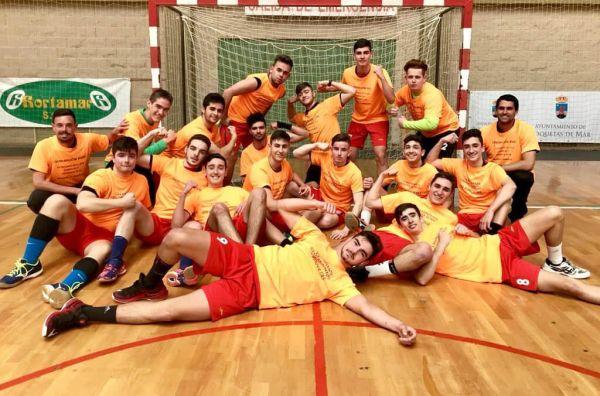 El equipo juvenil celebrando su ascenso a Primera Andaluza. BM Roquetas
