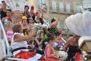 La Batalla de Flores raparte miles de claveles en su desfile por Almería en Feria