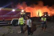 Tres depósitos con combustible, principal peligro en el incendio de la planta de plásticos de Las Norias