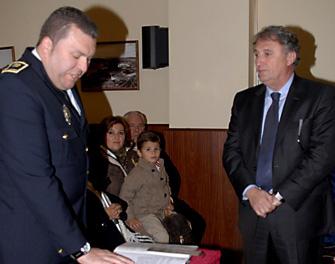 El-nuevo-jefe-de-la-policia-toma-posesion-ante-el-alcalde