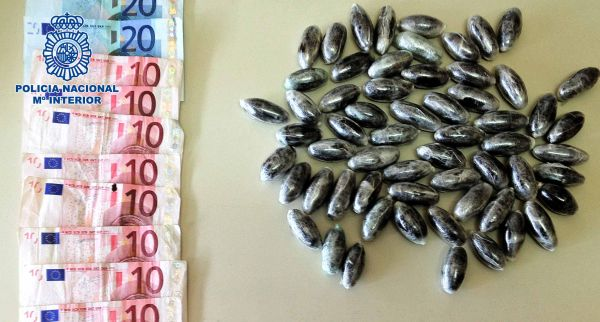 Bellotas de hachís y dinero intervenido