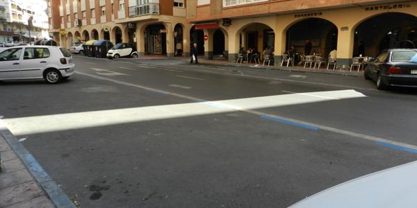 Imagen impropia del centro de Almería sin coches ocupando los aparcamientos