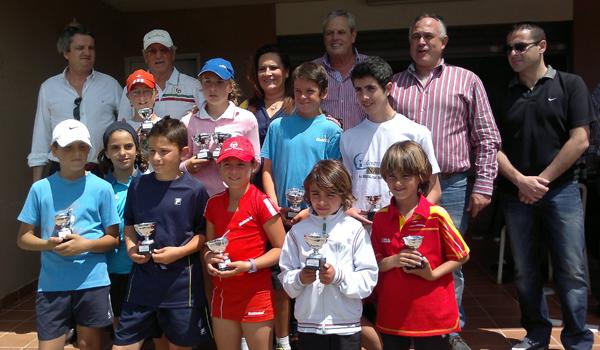 Jóvenes campeones de tenis con sus trofeos conseguidos en Vera
