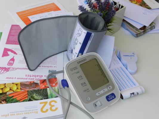 Folletos informativos, libros de recetas saludables o tensiómetros son algunos de los elementos del Día Mundial del Hipertenso