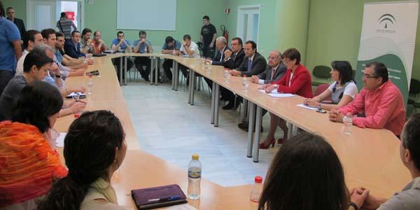 Junta de Andalucía y Cajamar desayunan con una treintena de emprendedores