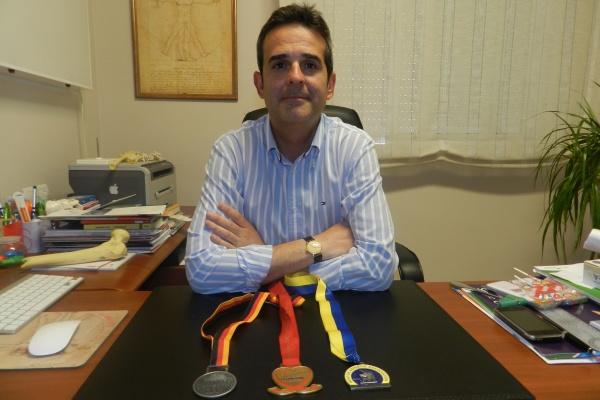 Doctor Antonio Ríos consulta medallas