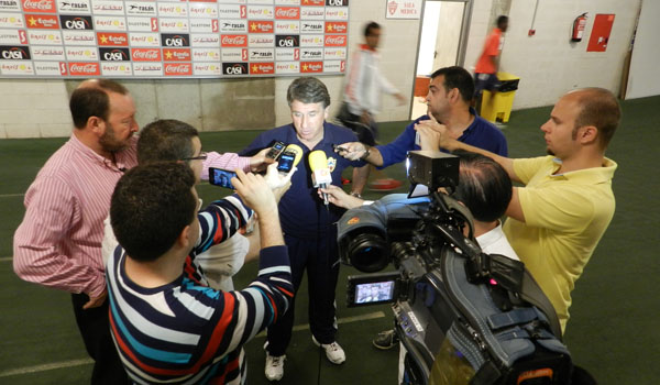 Rueda de prensa especial del míster de la UD Almería, en la zona mixta del Mediterráneo