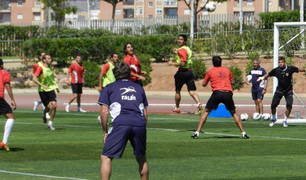 El 'Boquerón' Esteban observa una jugada en un entrenamiento de la UD Almería