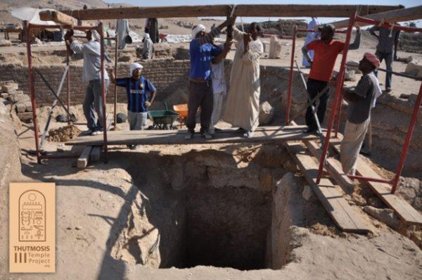 Excavaciones en el templo de Tutmosis III
