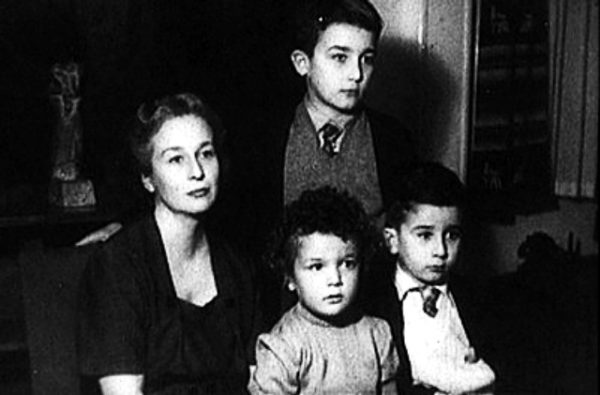 Fotograma de 'El desencanto' con la familia Panero