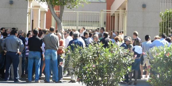 Los presentes eran tantos que no cabían en el interior del Tanatorio de Almería