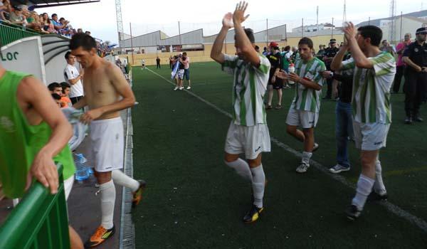 La AD Huércal devuelve los aplausos y el ánimo desde la parte de la grada del Linares Deportivo