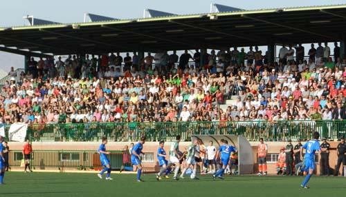 El ambiente vivido en el Estadio Municipal de Huércal de Almería ha sido espléndido en el ascenso a Tercera División