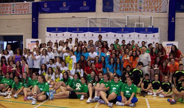 Foto de familia de los Juegos Deportivos Provinciales en el Pabellón Moisés Ruiz con Unicaja