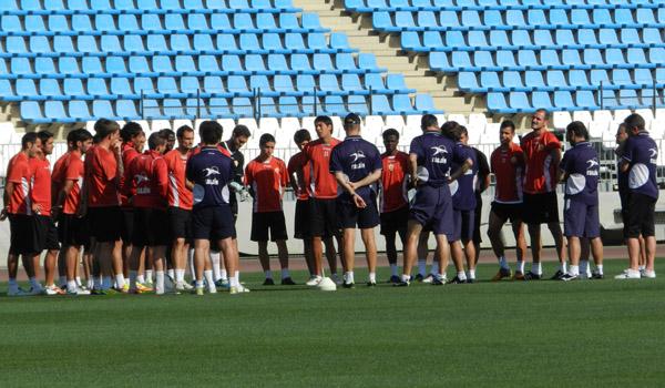 La UD Almería ha entrenado en el interior del estadio a puerta cerrada y la charla ha durado mucho