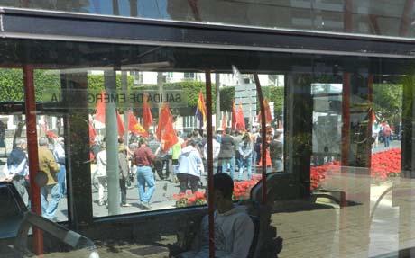 El paso de la manifestación ha sido seguido por muchos ciudadanos, también desde el autobús urbano
