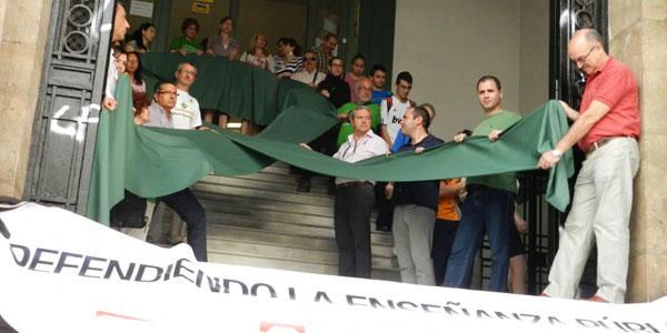 Extendido el lazo verde en defensa de la educación pública y contra los recortes de la Junta de Andalucía