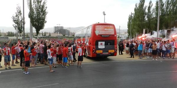 La afición de la UD Almería no ha querido perderse la llegada de su equipo, que lucha por entrar en el play off para ascender a la Liga BBVA