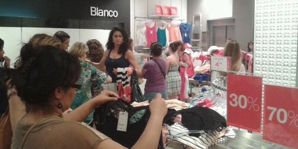 Muchos clientes se han pasado el día entre los descuentos de varios establecimientos de Almería