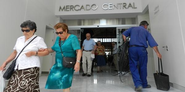 La entrada del Mercado Central de Almería ha estado en todo momento repleta de usuarios entrando y saliendo