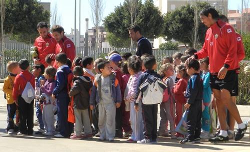 Las visitas de colegios al complejo deportivo de los Juegos Mediterráneos siempre han sido agradables para los jugadores de la UD Almería