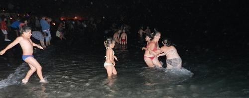 De la tradición almeriense de lavarse los ojos se pasó hace tiempo a un chapuzón completo en la noche de San Juan