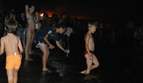 Decenas de miles de personas se bañaron en las costas de Almería en la noche de San Juan